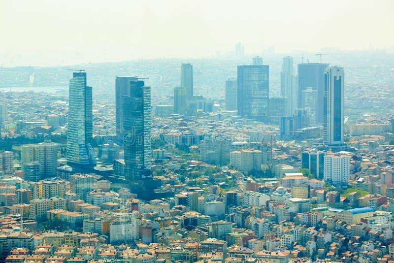 Estambul, Turquía - 1 de abril de 2017: Paisaje urbano del lado europeo de Estambul y del estrecho de Bosphorus en un horizonte m foto de archivo libre de regalías