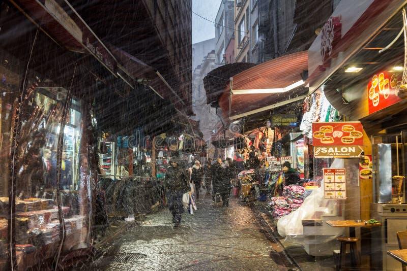 ESTAMBUL, TURQUÍA - 30 DE DICIEMBRE DE 2015: Tormenta de la nieve que golpea una calle típica de Estambul cerca del mercado de la imagen de archivo