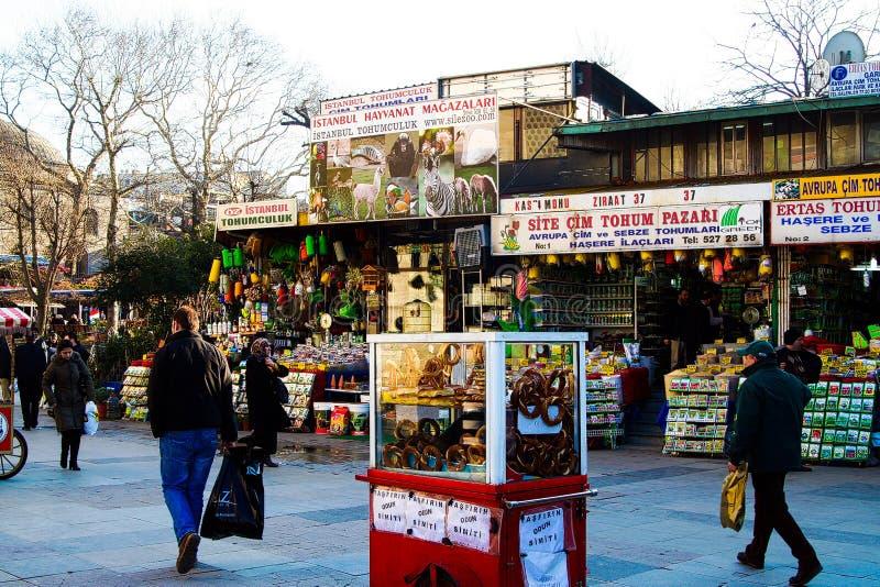ESTAMBUL, TURQUÍA - 24 DE FEBRERO 2009: Vida en las calles en el camino ocupado con las tiendas tradicionales imagen de archivo