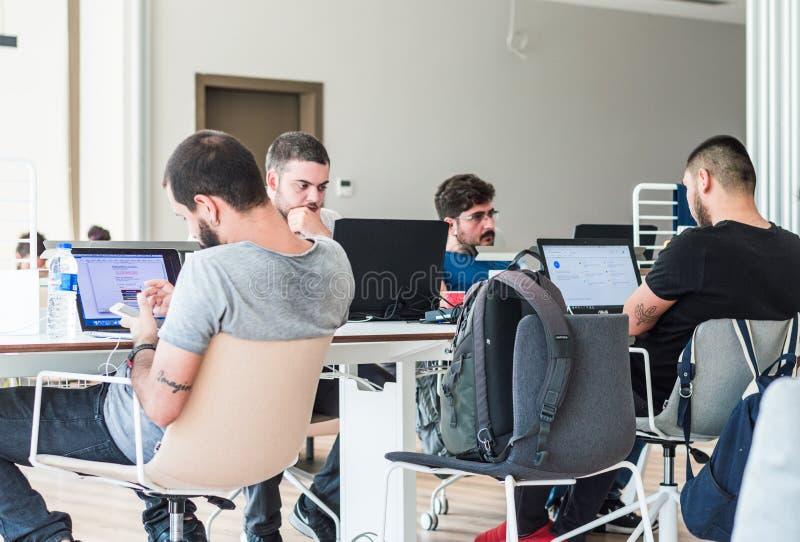 Estambul, Turquía - 21 de julio de 2017: Estudiantes jovenes que estudian con los ordenadores portátiles en la biblioteca de univ imagen de archivo