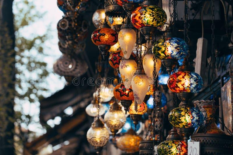 Estambul, Turquía - 04/16/2019 de las diversas lámparas viejas en el pequeño mercado en Estambul fotografía de archivo