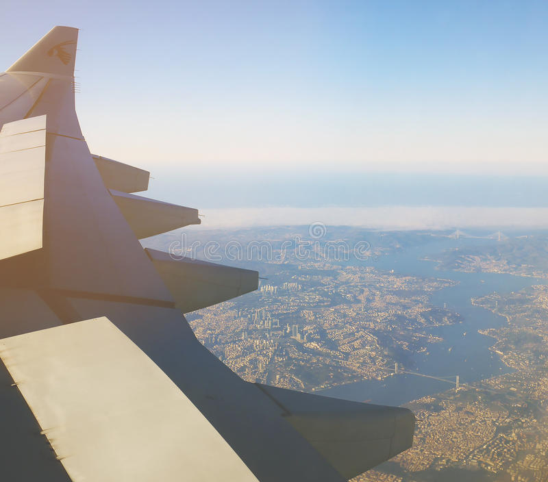 ESTAMBUL, TURQUÍA - 4 DE MARZO DE 2017: Visión aérea desde la ventana plana que ve el ala del ` s de los aviones del ` de Qatar A imagen de archivo