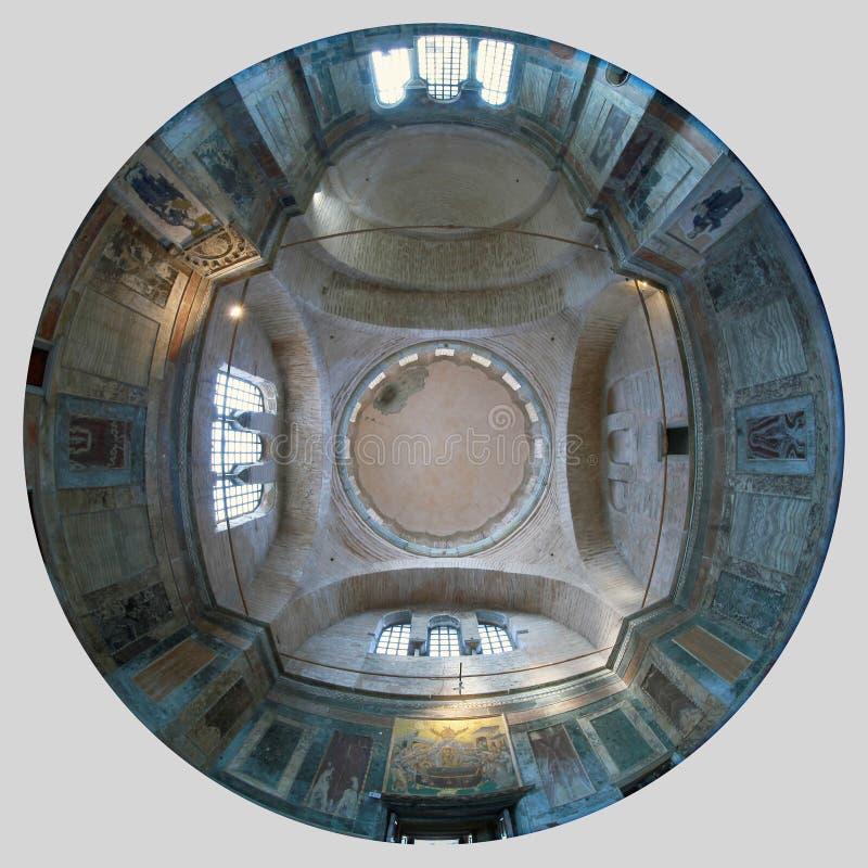 ESTAMBUL, TURQUÍA - 25 DE MARZO DE 2012: Techo de la iglesia de Cristo el salvador foto de archivo