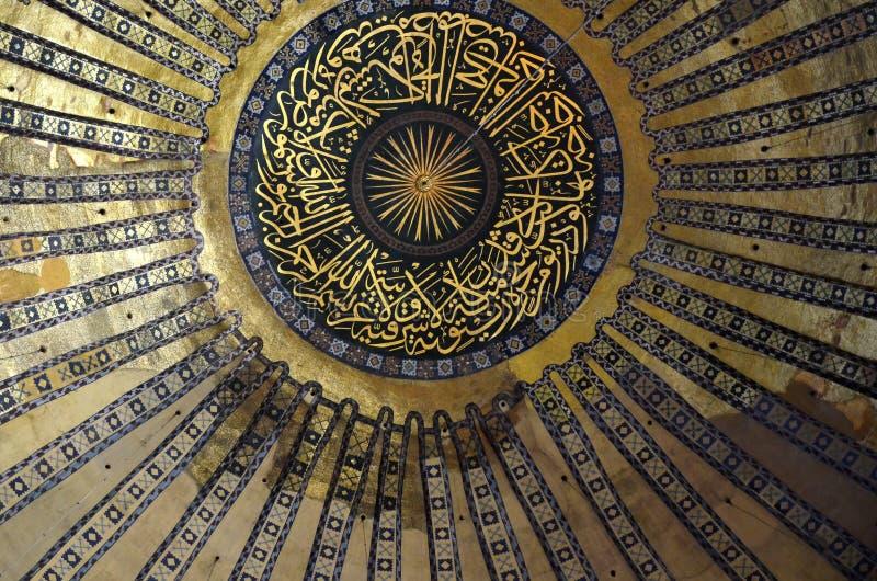 ESTAMBUL, Turquía - 10 de mayo de 2018: Interior del Hagia Sofia Mosque en Estambul, Turquía bóveda fotos de archivo