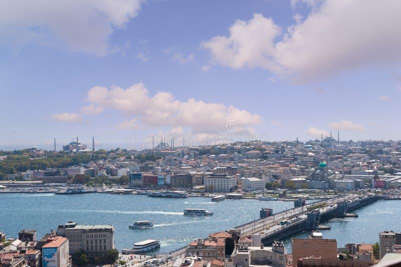 ESTAMBUL, TURQUÍA - 10 DE SEPTIEMBRE DE 2016: De Panaromic de la opinión del lado del palacio del topkapi, halic (cuerno de oro)  imagenes de archivo