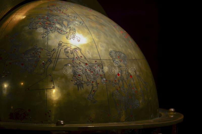 Estambul, TURQUÍA, el 20 de septiembre de 2018 Fragmento de un globo de bronce antiguo con la imagen de constelaciones y mitológi fotos de archivo