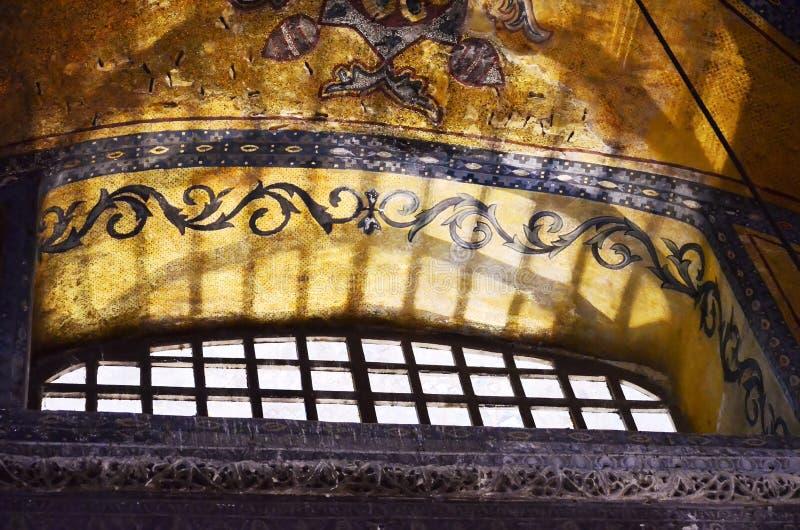 Estambul, TURQUÍA, el 19 de septiembre de 2018 Luz del sol a través de las barras de ventana de Hagia Sophia Fragmento de un mosa imagen de archivo libre de regalías