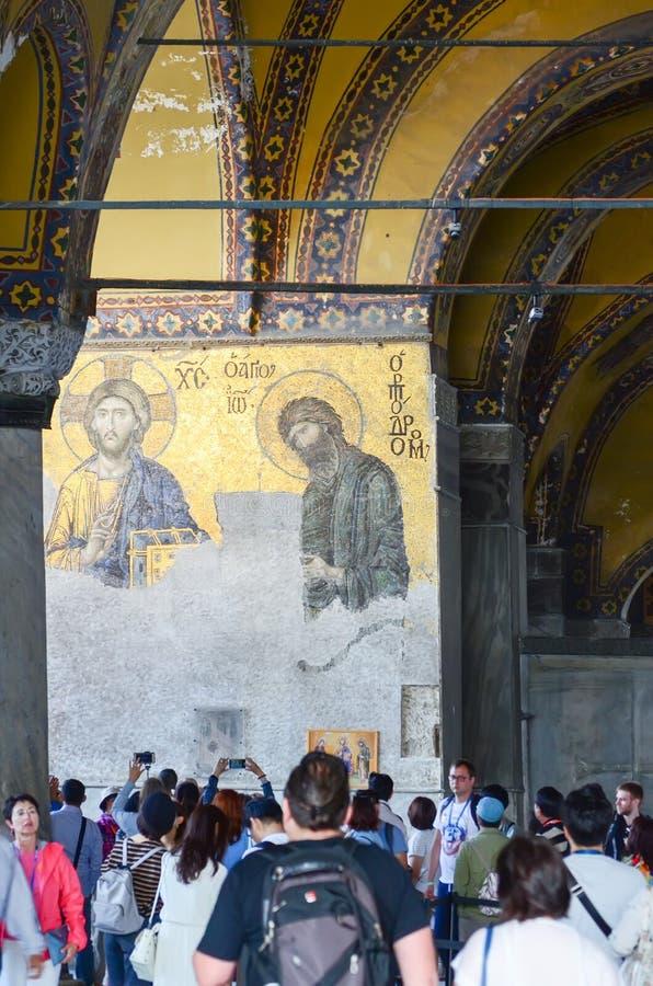 Estambul, TURQUÍA, el 19 de septiembre de 2018 Un grupo de turistas que visitan el interior y el mosaico de Hagia Sophia en Estam fotos de archivo libres de regalías