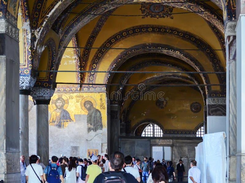 Estambul, TURQUÍA, el 19 de septiembre de 2018 Un grupo de turistas que visitan el interior y el mosaico de Hagia Sophia en Estam foto de archivo