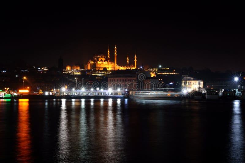 Estambul Turquía en la noche - fondo del viaje de la arquitectura fotografía de archivo