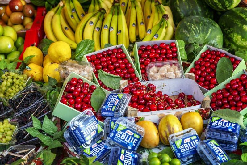 Estambul, Turqu?a, 05/24/2019: Frutas y verduras brillantes en el mercado fotografía de archivo libre de regalías