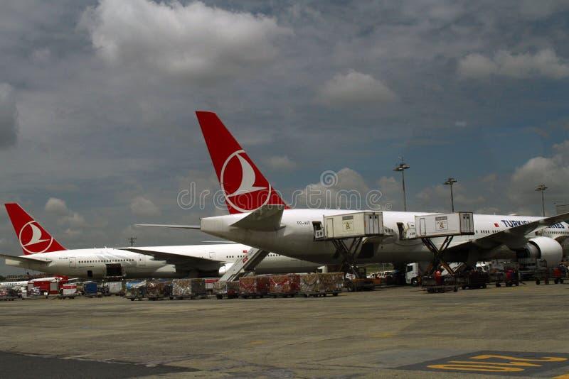 ESTAMBUL, TURQUÍA - líneas aéreas de Turkisk - aeropuerto de Ataturk imagenes de archivo