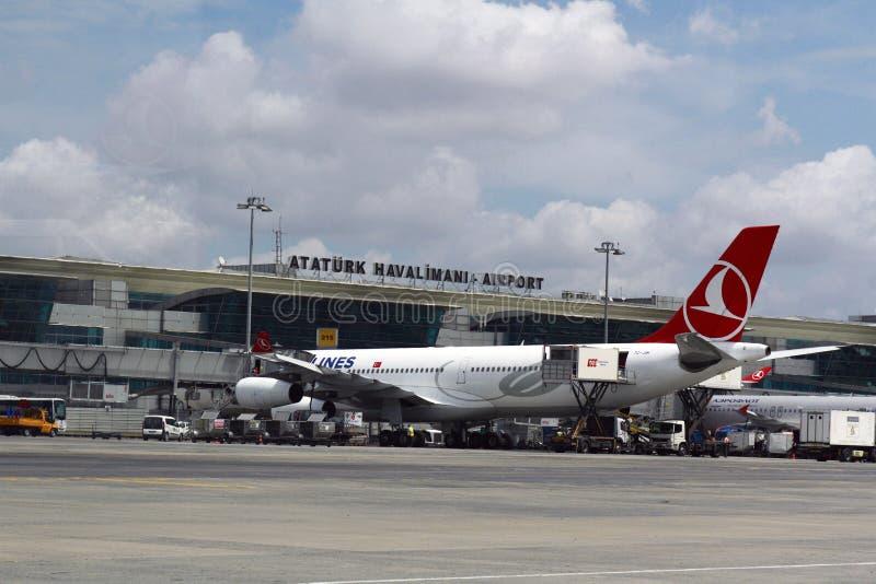ESTAMBUL, TURQUÍA - líneas aéreas de Turkisk - aeropuerto de Ataturk foto de archivo