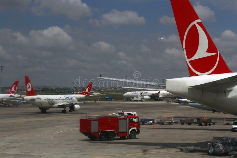 ESTAMBUL, TURQUÍA - líneas aéreas de Turkisk - aeropuerto de Ataturk imágenes de archivo libres de regalías