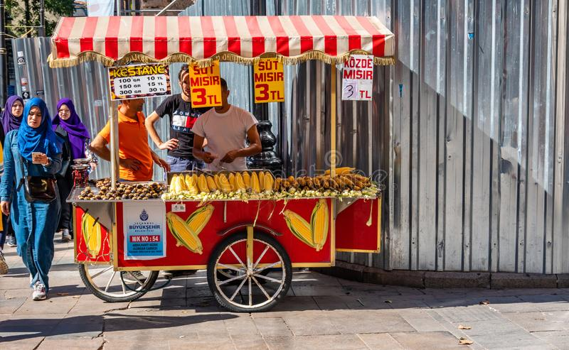 Estambul, Turquía, septiembre de 2018: Soporte móvil de la cocina para las castañas cocidas, el maíz cocinado y el maíz asado a l fotos de archivo