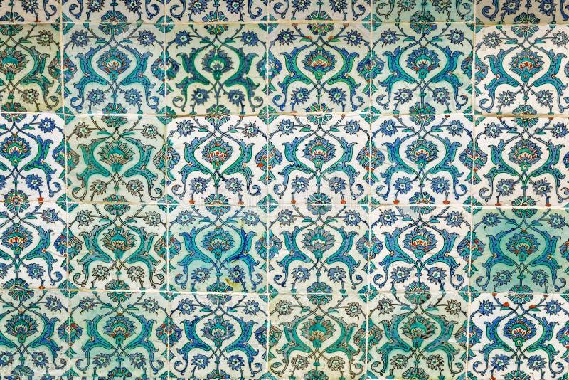 Estambul, Turquía, 05/22/2019: Tejas decorativas en el palacio de Topkapi con un modelo del período de Ottoman fotos de archivo