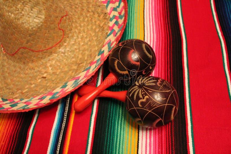 Estamenha da decoração do de Mayo do cinco da festa do fundo dos maracas do sombreiro do poncho de México fotografia de stock
