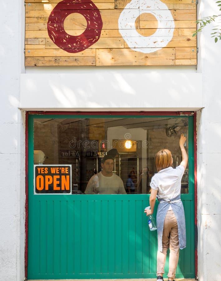 Estamos abiertos en Barcelona fotografía de archivo libre de regalías