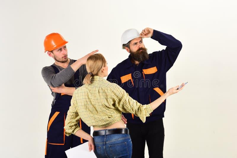 Estamos en cosas del edificio Grupo de construir ingenieros o a arquitectos en el trabajo Equipo de los trabajadores de construcc imagen de archivo libre de regalías