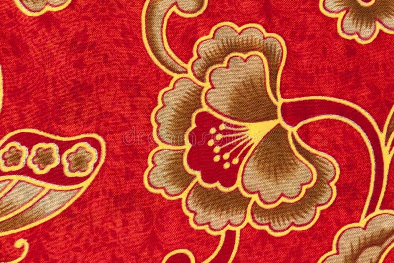 Estampado de plores en el batik rojo imagen de archivo