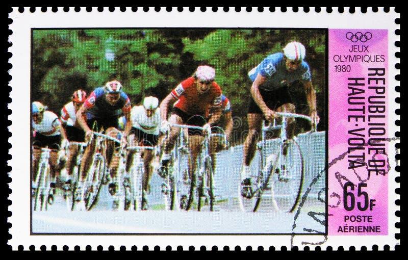 Estampado en el alto Volta Burkina-Faso muestra Cycling, Shouko RouchenkovUSRR, serie de los Juegos Olímpicos, alrededor de 1980 imagen de archivo libre de regalías