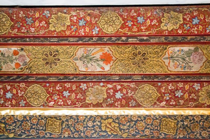 Estampados de flores del otomano en la madera imagenes de archivo