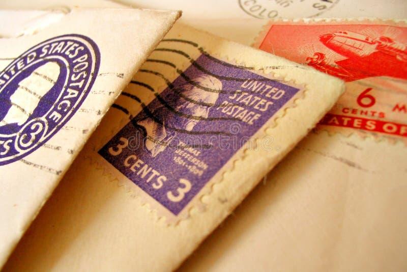Estampilles de cru sur des enveloppes photographie stock libre de droits