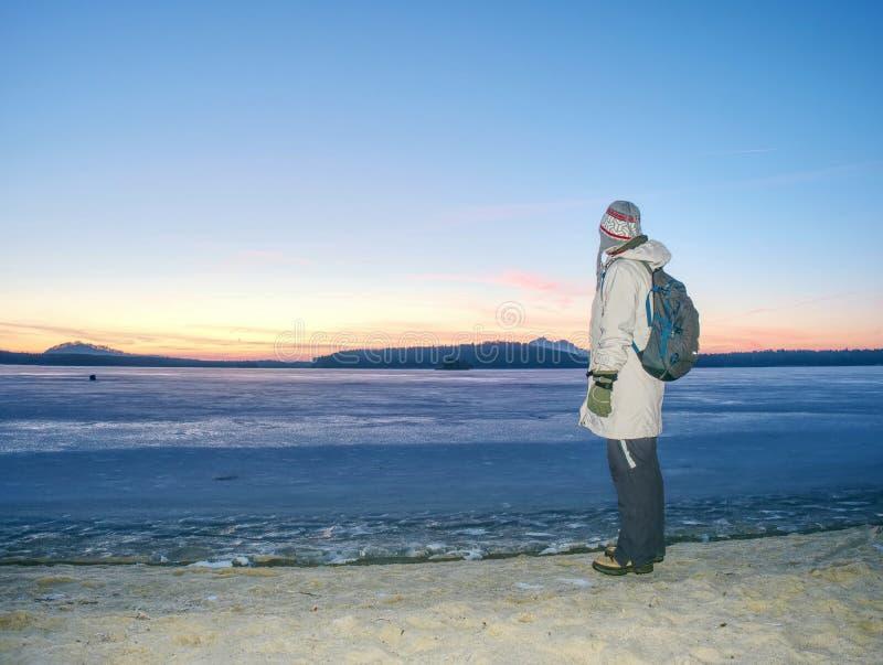 Estancia del viajero en el hielo del mar congelado Mujer con el morral fotos de archivo