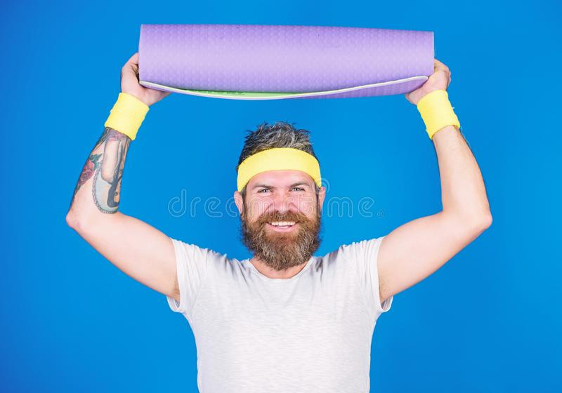 Estancia en forma Coche profesional de la yoga del atleta motivado para entrenar Azul barbudo de la estera de la aptitud del cont foto de archivo