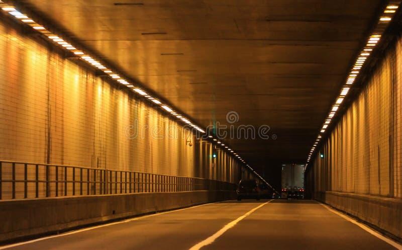 Estancia en su carril-túnel fotos de archivo
