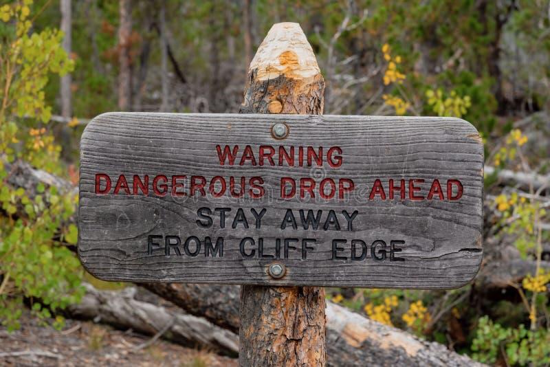 Estancia peligrosa del descenso de la señal de peligro a continuación lejos del borde del acantilado fotografía de archivo libre de regalías
