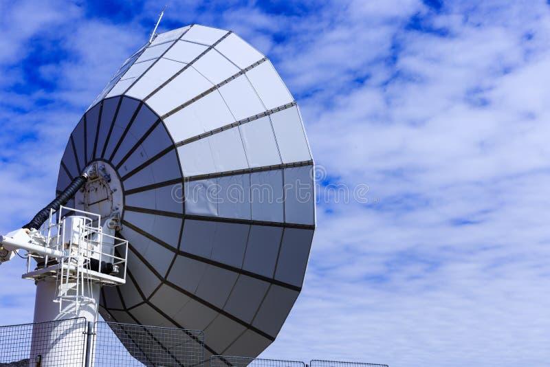 Estancia por satélite grande encima de la montaña Satélite azul de Greenlan imagen de archivo libre de regalías