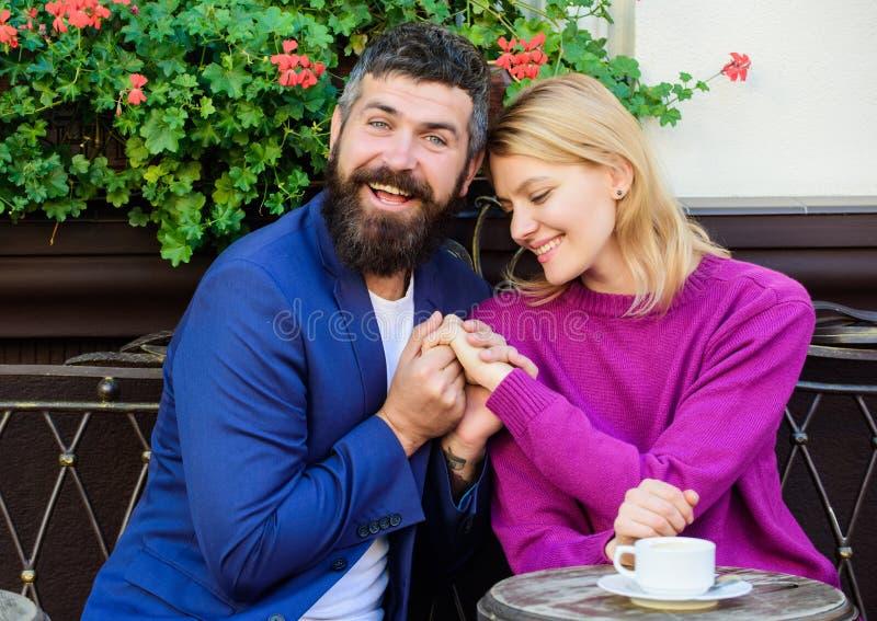 Estando no amor Caf? da manh? mulher e homem com barba para relaxar no caf? Primeiramente reuni?o da menina e do homem maduro Par imagens de stock