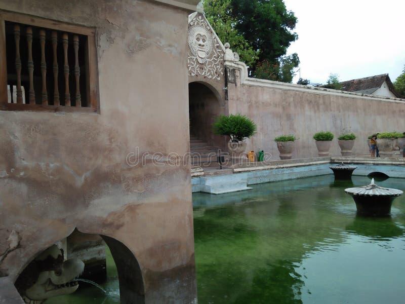 estanque de peces con buenas historia y arquitectura fotografía de archivo libre de regalías