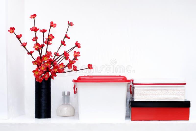 Estante con cajas y flores fotos de archivo