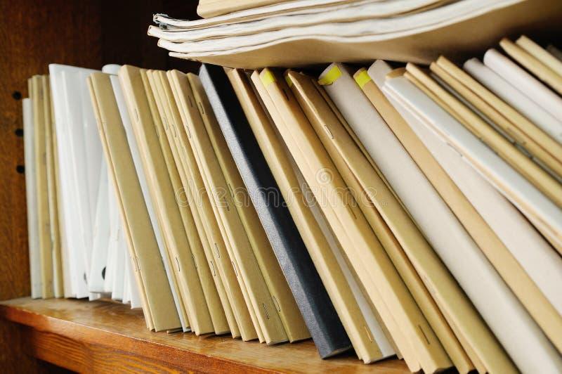 Estante con las carpetas de archivos fotos de archivo