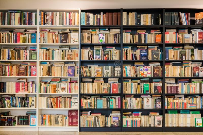 Estante con los libros de segunda mano viejos para la venta foto de archivo libre de regalías