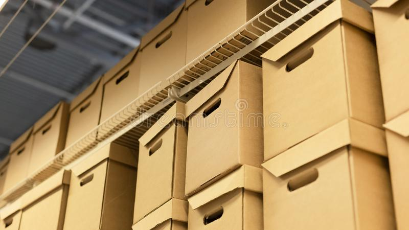 Estante con muchas cajas del cartón o de cartón Concepto del envío, del almacén o del cargo imagenes de archivo