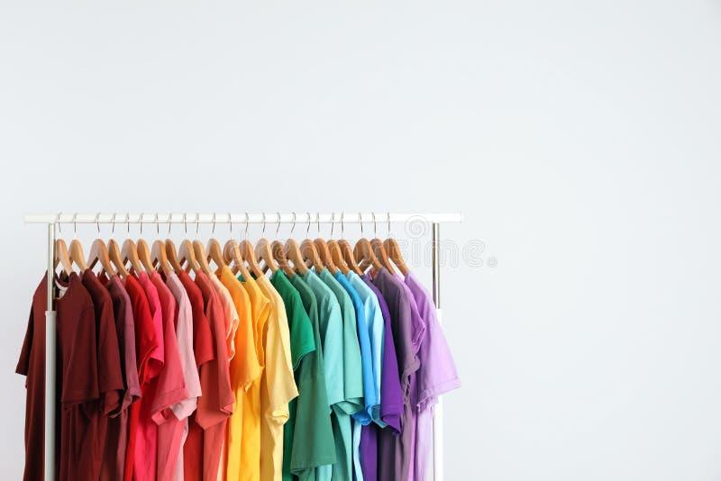 Estante con ropa del arco iris fotos de archivo