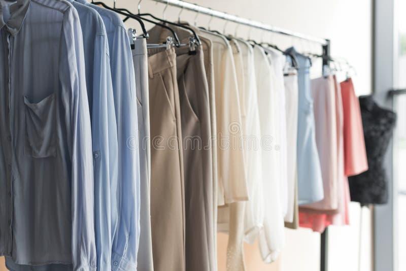 Estante con ropa en tienda imagenes de archivo