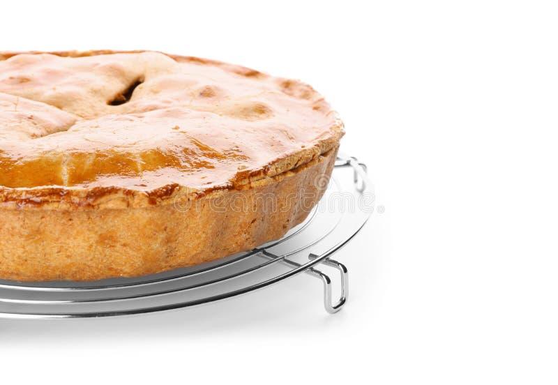 Estante de enfriamiento con la empanada de manzana deliciosa en el fondo blanco foto de archivo