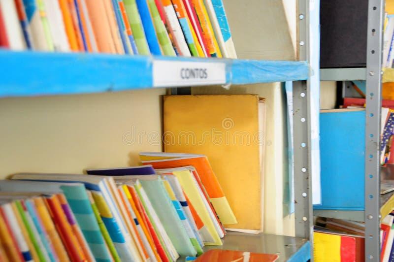 Estante de la biblioteca con varios libros fotografía de archivo libre de regalías