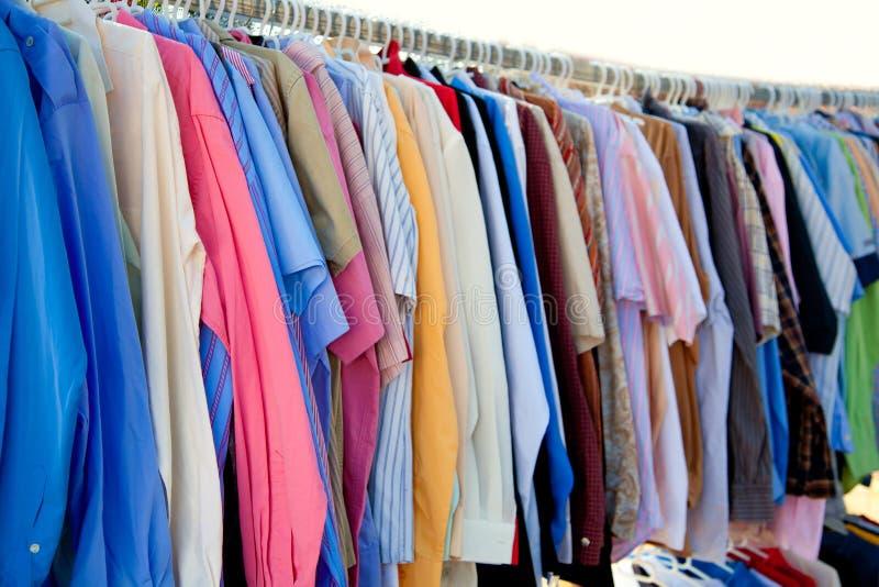 Estante de la camisa de la manera con ropa colorida foto de archivo