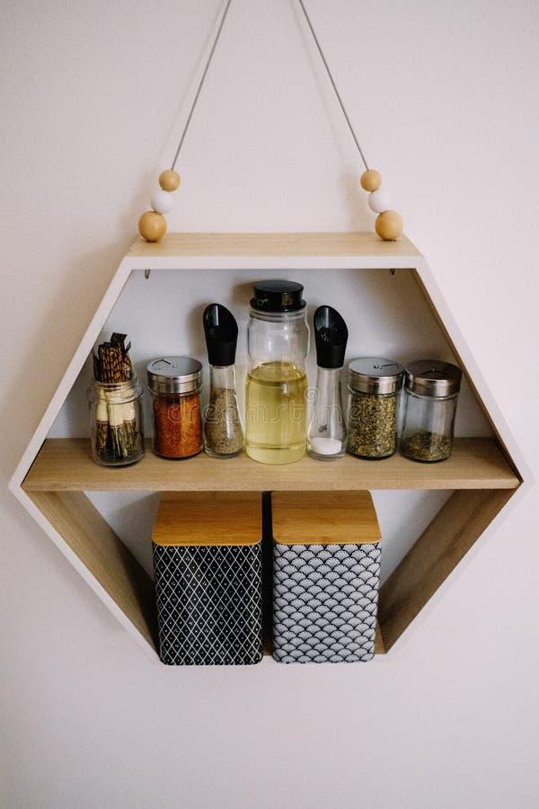 Estante de la cocina con el tarro de las especias imagenes de archivo