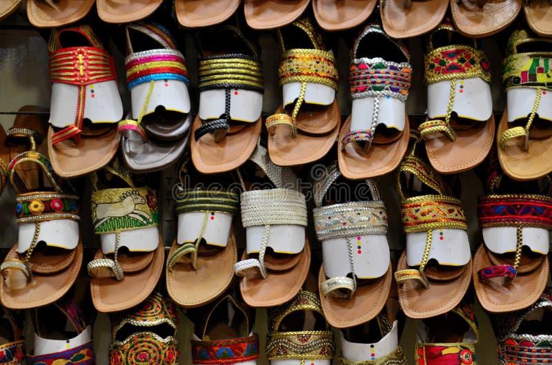 Estante de las sandalias paquistaníes coloridas hechas a mano de cuero s Karachi Paquistán fotografía de archivo