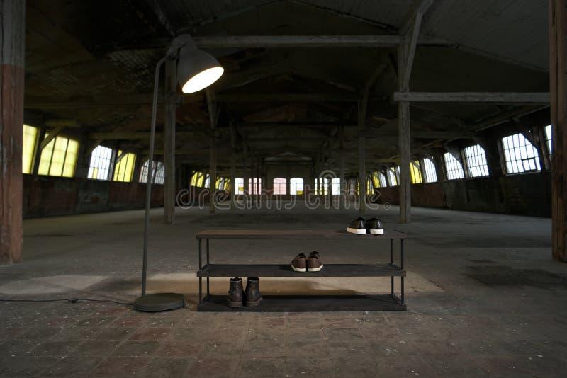 Estante de madera moderno del zapato en el interior del desván imágenes de archivo libres de regalías