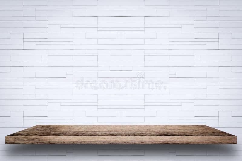 Estante de madera vacío con el fondo blanco de la pared de ladrillo fotos de archivo libres de regalías