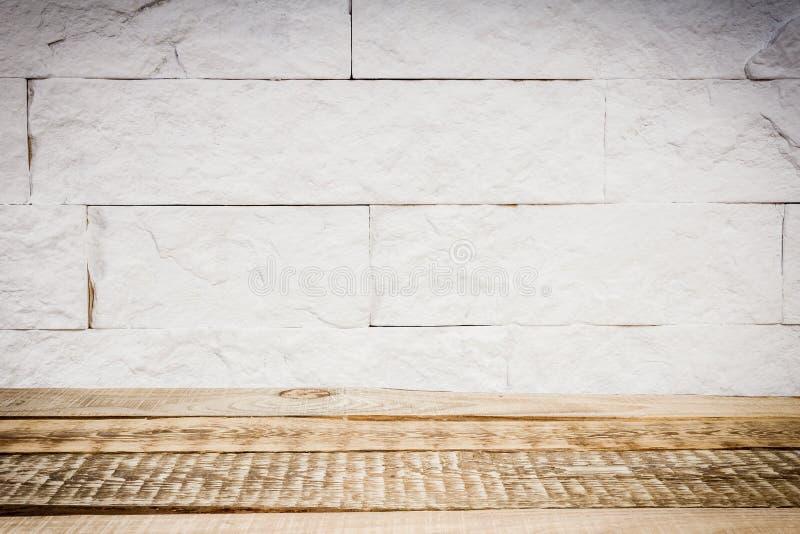Estante de madera y una pared de ladrillo imagen de archivo libre de regalías