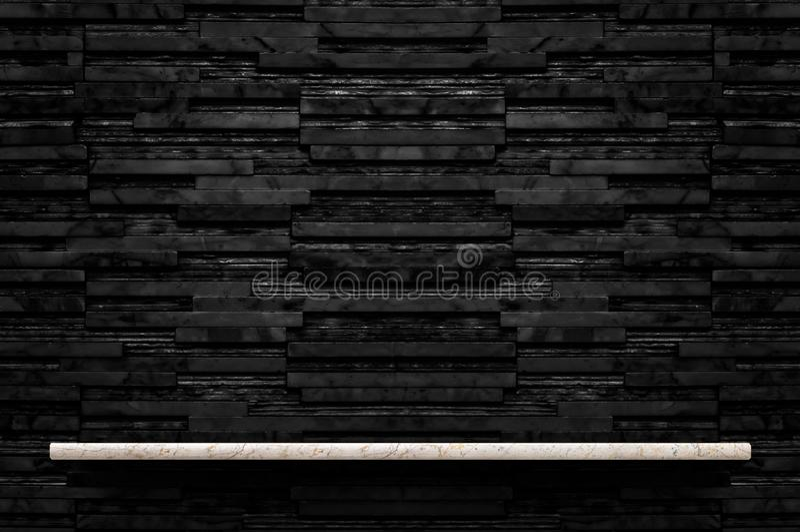 Estante de piedra de mármol vacío en el backgro negro de la pared de la teja del mármol de la capa fotos de archivo libres de regalías