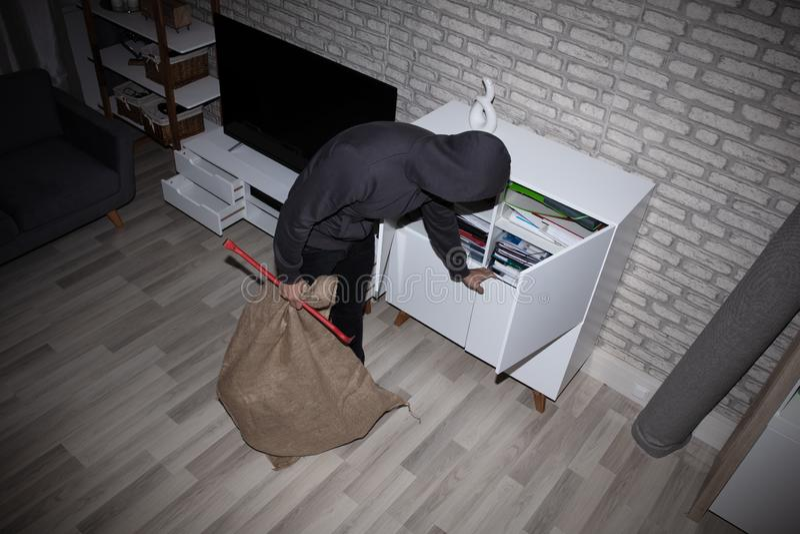 Estante de Stealing File From del ladr?n imagen de archivo
